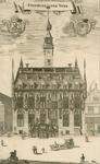 1049 Gezicht op het stadhuis aan de Markt te Veere, en een deel van de aangrenzende panden, met boven de wapens van ...