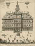 1236 De voorgevel van het stadhuis te Vlissingen, met op de voorgrond rondreizende kooplieden en theater, boven wapens ...