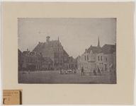 1693 Gezicht op de Markt te Brouwershaven, met stadhuis en standbeeld van Jacob Cats en personen, waaronder moeders met ...