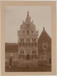 1698 De gevel van het stadhuis aan de Markt te Brouwershaven na restauratie