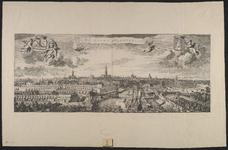 214 Gezicht op de stad Middelburg van de zijde van de haven, met personen op de voorgrond, hout op de kade, en de ...