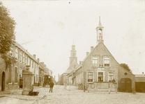 2174 Gezicht in het dorp Biervliet, met raadhuis, op de achtergrond de Nederlandse Hervormde kerk, en personen