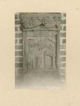 2221c Een in hout gesneden sleutelstuk in de bovenzaal van het stadhuis te Sluis, Kain en Abel bij het altaar