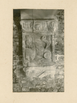 2221f Een in hout gesneden sleutelstuk in de bovenzaal van het stadhuis te Sluis, met leeuw met wapen van Vlaanderen