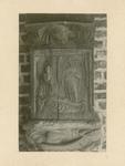 2221g Een in hout gesneden sleutelstuk in de bovenzaal van het stadhuis te Sluis, de engel verschijnt bij het graf van Jezus