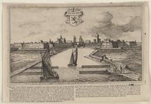 2278 Gezicht op de stad Sas van Gent, vanuit het kanaal, met schepen op de voorgrond en personen op de weg met een ...