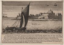 2295 Gezicht op de schans te Liefkenshoek, vanaf de Schelde, met personen op de wal, de stad Antwerpen links op de ...