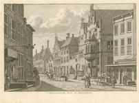 464 Gezicht op de het West-Indisch huis en aangrenzende gevels aan de Lange Delft te Middelburg, en links vrouw met ...