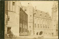 505 Gezicht op het noordelijke deel van het Abdijcomplex te Middelburg vóór de restauratie, met links op de voorgrond ...