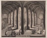 525 Gezicht in de kloostergangen met het Muntplein in de Abdij te Middelburg, met personen