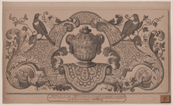 541 Een versierde tegel (ware grootte) van Delfts aardewerk met een vaas en twee vogels voor een schoorsteen in een ...