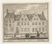 679 De voorgevel van de Latijnse school aan de Latijnse Schoolstraat te Middelburg, met voorbijgangers