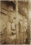 722d Julius Caesar en Octavianus met de beschermheiligen van het steenhouwersgilde (beeldhouwwerk) van het huis In den ...