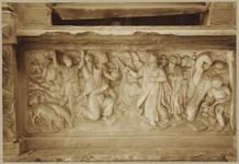 722j Details (beeldhouwwerk) springen van de waterbron uit de rots van Horeb van de gevel van het huis In den ...