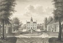 829a Gezicht op het huis Duinbeek te Oostkapelle, gezien vanaf het plein, met een wandelend paar en een tuinman