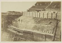 339-2 De bouwput van de Marinesluis te Vlissingen, met boven de gevels van huizen (onder andere café A la ville d' ...