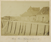 339-8 De bouwput van de Marinesluis te Vlissingen, met boven de gevels van huizen (onder andere café A la ville d' ...