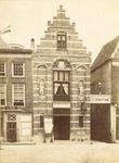 343-9 Nijverheidstentoonstelling in het Schuttershof te Middelburg, voorgevel van het gebouw met aankondigingsbord. Met ...
