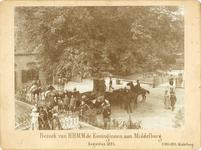 351 Bezoek van koningin Emma en prinses Wilhelmina aan kasteel Westhove te Oostkapelle, lopend van het rijtuig naar het ...