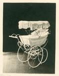 393 Het geschenk van de Zeeuwse vrouwen [een kinderwagen, ivoor met wit satijn, kap wit chroomleer, omgeven met kant, ...
