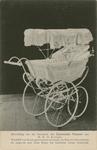 394 Het geschenk van de Zeeuwse vrouwen [een kinderwagen, ivoor met wit satijn, kap wit chroomleer, omgeven met kant, ...