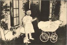 421-37 Prinses Juliana met een kinderwagen en een vlaggetje in de tuin