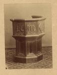 497 Een 16e eeuwse stoel van Maximilliaan van Bourgondië, heer van Veere, circa 1925, voorheen in het museum van het ...
