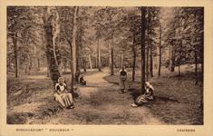 10057 Poserende kinderen in klederdracht in het bos op het landgoed Hoogduin bij Domburg