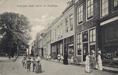 10136 Gezicht op een deel van de Oude Haven te Zierikzee met winkels en op straat vrouwen en kinderen