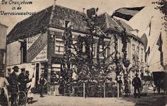 10154 De Oranjeboom in de Verrenieuwstraat ter gelegenheid van het bezoek van koningin Wilhelmina en prins Hendrik aan ...