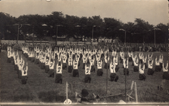 10283 Gymnastiekuitvoering op het voetbalveld aan de Koudekerkseweg te Vlissingen, ter gelegenheid van het 30-jarig ...