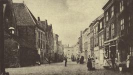 10333 Gezicht in de Hoogstraat te Middelburg met links de doopsgezinde kerk en rechts het reinigen van de stoep