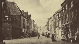 10425 Gezicht in de Hoogstraat te Middelburg met links de doopsgezinde kerk en rechts het reinigen van de stoep