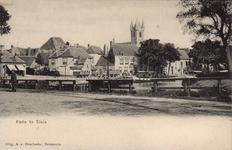 10571 Gezicht op de Kade te Sluis met achter café-restaurant A la Belle Vue, een schip en de toren van het Belfort