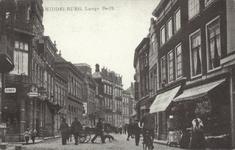 10932 Gezicht in de Lange Delft te Middelburg, met links de hoek met de Herenstraat en rechts een vrouw in ...