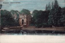 10945 Gezicht op het bolwerk te Middelburg, met de Koepoort en een vrouw (met paraplu) en een meisje