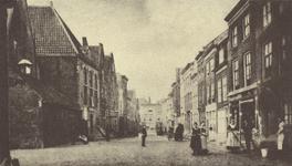 11009 Gezicht in de Hoogstraat te Middelburg met links de doopsgezinde kerk en rechts het reinigen van de stoep