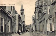 11213 Gezicht in de Hoogstraat te Tholen, opgebroken voor nieuwe bestrating, links de toren van het stadhuis, rechts ...