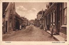 11214 Gezicht in de Oudelandse straat te Tholen, met bewoners