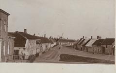 1275 Een deel van de Zuidstraat (De Kapelle genaamd) vanaf de Zeedijk gezien met links 's Landshuis en in het midden ...