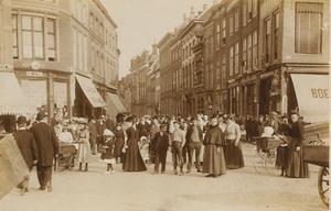 1587 Poserende mensen op de hoek van de Lange Delft en de Markt te Middelburg