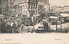 1610 De weekmarkt en de tram op de Grote Markt te Middelburg, gezien in de richting van de Vlasmarkt, met voor het ...
