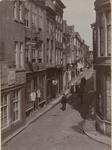 1815 Gezicht op de Lange Burg. Rechtsvoor de hoek met de Lange Delft. Het hoekpand was van de Joodse familie D.S. ...