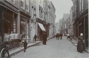 1838 Gezicht op de Korte Delft te Middelburg tussen de Korte Giststraat en de Bellinkstraat, links een winkel waar ...