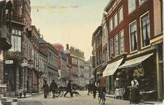 1840 Gezicht op de Lange Delft te Middelburg, links de hoek met de Herenstraat en rechts een vrouw in Zuid-Bevelandse dracht