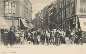 1841 Poserende mensen op de hoek van Lange Delft en de Grote Markt te Middelburg