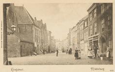 1945 Gezicht op de Hoogstraat te Middelburg. Links de doopsgezinde kerk, rechts zijn een paar vrouwen de stoep aan het ...
