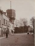 2029 Gezicht in de Noordpoortstraat te Middelburg met de watertoren op het Molenwater