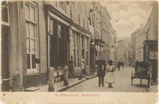2072 Gezicht in de Lange Sint Pieterstraat te Middelburg, met links de Gistpoort vóór de restauratie