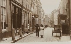 2073 Gezicht in de Lange Sint Pieterstraat te Middelburg, met links de Gistpoort vóór de restauratie